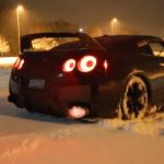 Oheň plivající Nissan GT-R řádí na sněhu