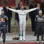 Hamilton prolomil období bez výhry, Ricciardo poškozen týmem
