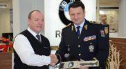 zastupce-policie-pri-prebirani-motocyklu-bmw-1