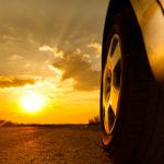 Tlak v pneumatikách se při vysokých teplotách mění. Horko ale defekty nezpůsobuje!